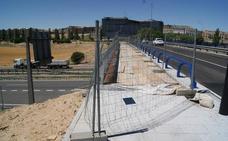 La pasarela peatonal sobre la A-62 no abrirá hasta después de verano