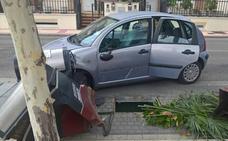 Positivo por alcoholemia en Arroyo tras chocar con un coche y unos contenedores soterrados
