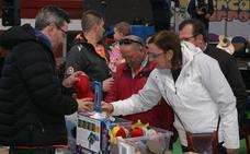 El público desborda el Mercado de Arroyo en un domingo frío de cierre de negocios