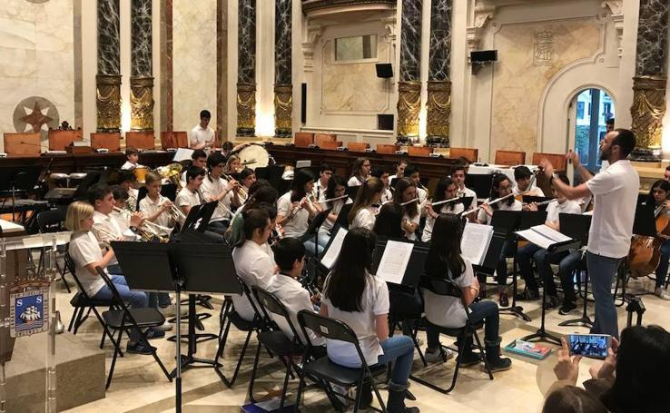 Concierto Banda Juvenil de Música de Arroyo en el Salón de Plenos del Ayuntamiento de San Sebastián
