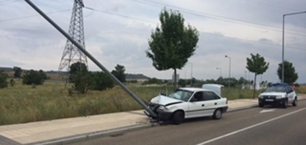 Derriba una señal de tráfico y una farola en Arroyo
