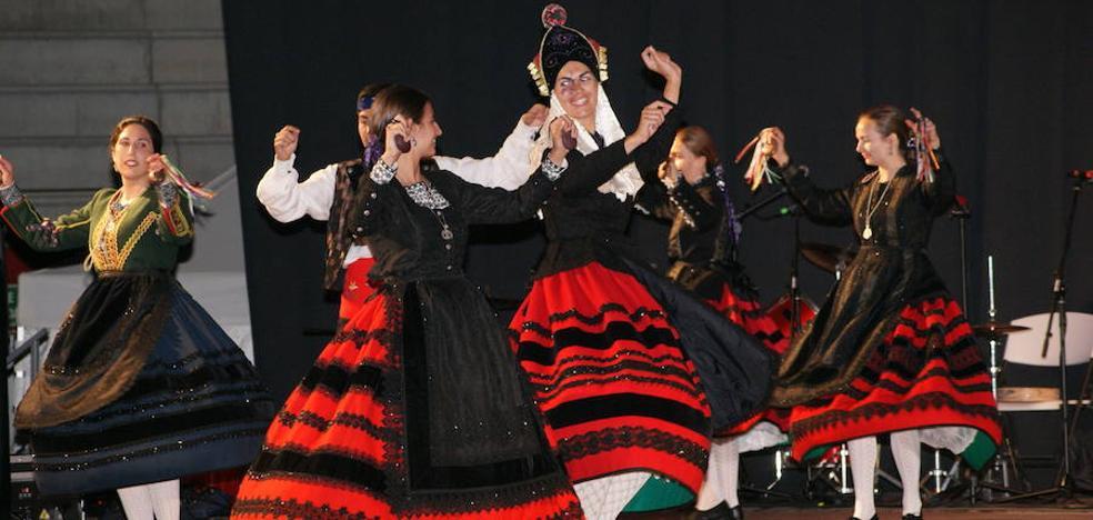 Cientos de personas acuden al XI Festival Internacional de folklore de Arroyo