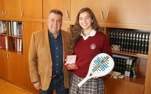 Reconocimiento a Lucía Rodríguez, campeona de España infantil de pádel