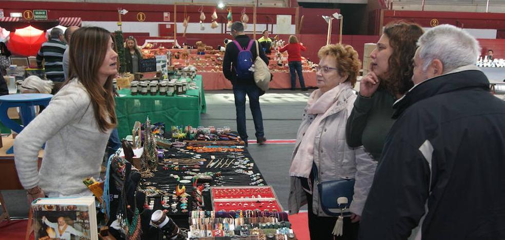 El Mercado de Arroyo reúne cientos de visitantes y dinamiza el domingo en el municipio
