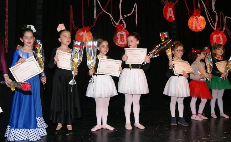 Entrega de becas del Ayuntamiento de Arroyo a los alumnos destacados de la Escuela Municipal de Danza 'Danzaria'