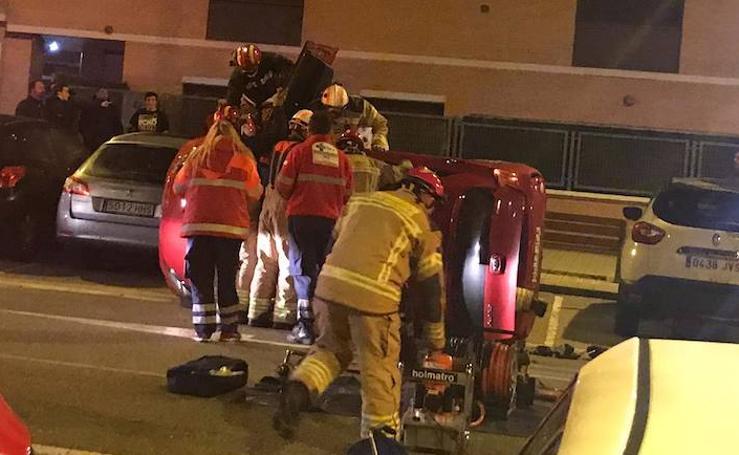 Los bomberos excarcelan a un conductor que había volcado con su vehículo en Arroyo