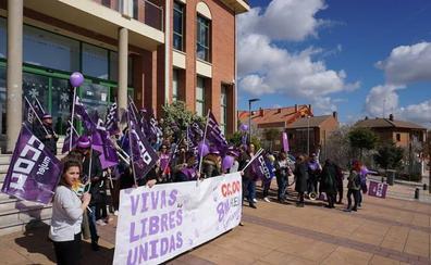 Medio centenar de personas se concentran en La Flecha con motivo del Día Internacional de la Mujer