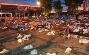 Los servicios de limpieza de La Flecha retiran 19 toneladas de suciedad tras el multitudinario botellón