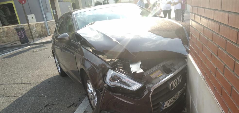 Un conductor se salta un stop y choca contra otro vehículo en Arroyo