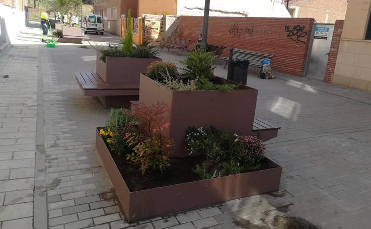 Nuevas jardineras banco en la calle Pedro Pérez Villar de La Flecha en Arroyo