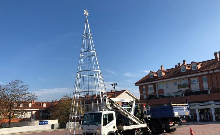 Instalación Árbol de Navidad en la Plaza España de la Fecha deArroyo