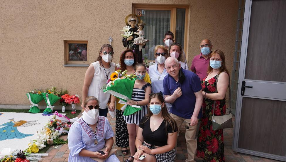 Ofrenda y alfombra floral en honor a San Antonio
