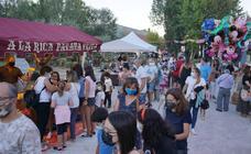 Cientos de personas disfrutan del mercado medieval de Arroyo