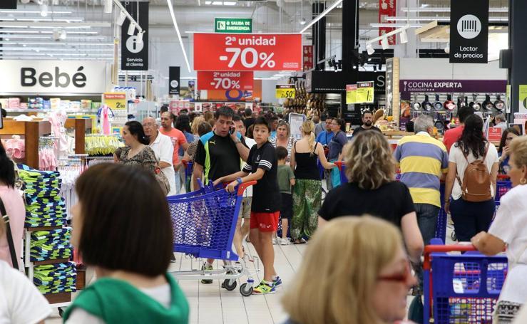 Cientos de clientes acuden al nuevo Carrefour de Segovia el primer día de apertura