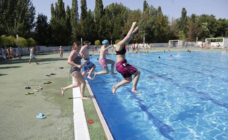 Primeros baños en las piscinas del Sotillo
