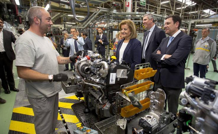 La ministra de Empleo y Seguridad Social, Fátima Báñez, visita la factoría de Renault en Valladolid