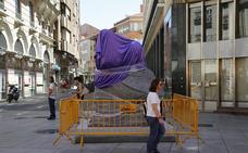Victorio Macho ya espera en la Calle Mayor de Palencia