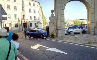 Varios jóvenes, uno de ellos menor, empotran un coche en la Puerta de Madrid