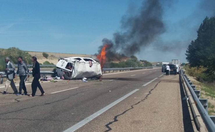 Una furgoneta arde tras volcar en la A62