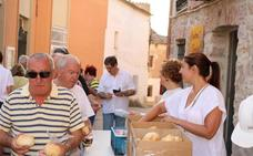 Tariego cumple con el reparto de pan y quesillo