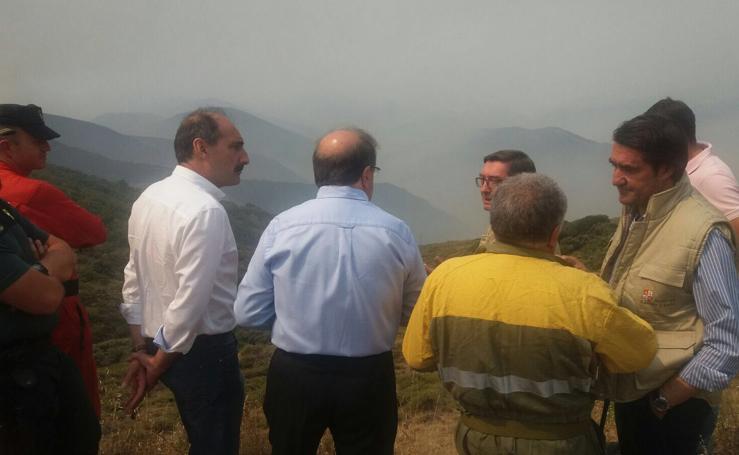 El presidente de la Junta, Juan Vicente Herrera, en el puesto de Mando Avanzado del incendio de La Cabrera
