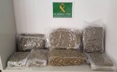 La Guardia Civil intercepta seis kilos de marihuana ocultos en bolsas de deporte