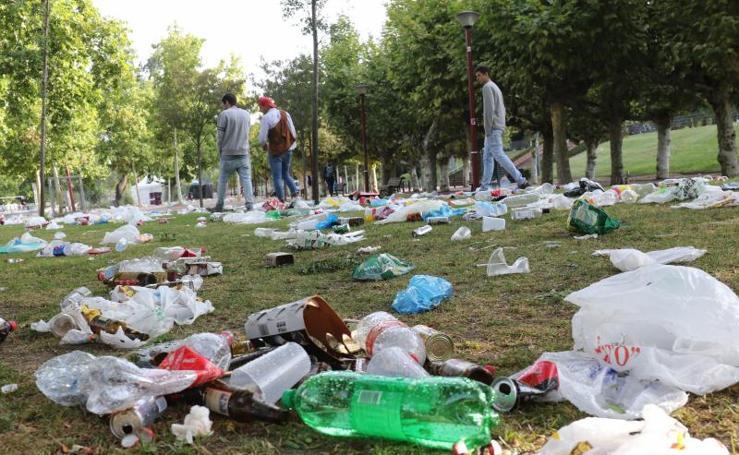 Limpieza de los restos del botellón de Las Moreras
