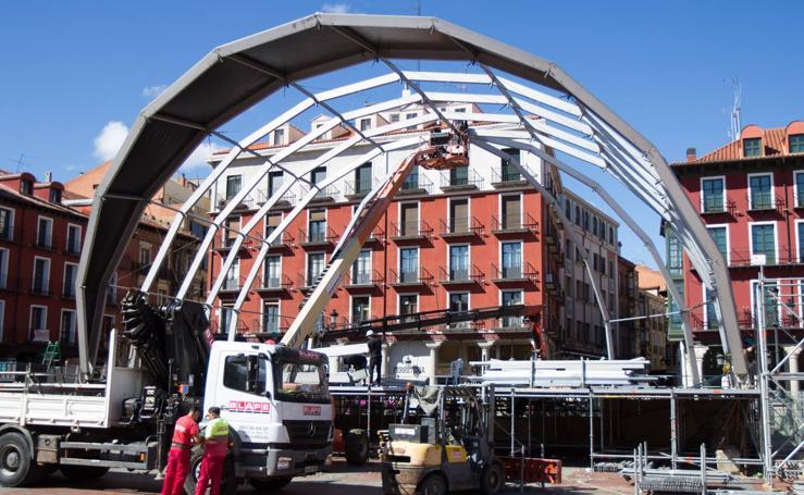 Desmontaje del escenario de la Plaza Mayor y de las casetas de la Feria de Día