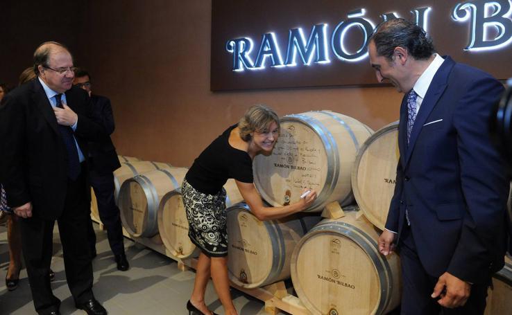 La ministra Tejerina inaugura la nueva bodega Ramón Bilbao en Rueda