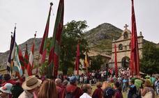 Cientos de fieles asisten al santuario del Brezo arropados por los pendones