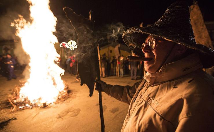 La tradicional procesión del Vítor ilumina Mayorga