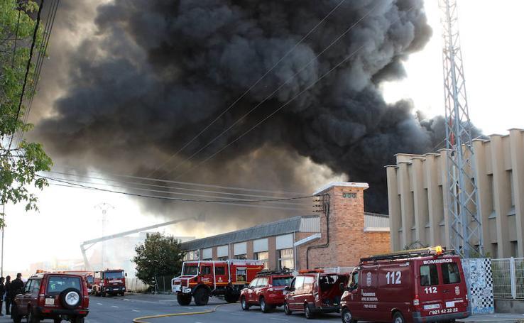 Espectacular incendio en una chatarrería de Segovia