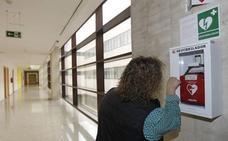 El Ayuntamiento instala ocho nuevos desfibriladores en diferentes espacios públicos