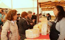 Baltanás ensalza el queso y el vino en una feria multitudinaria