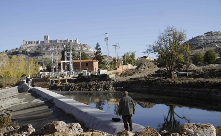 Obras en el azud de la zona de 'La Balsa' en Peñafiel