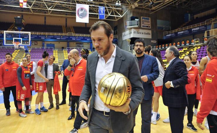El alcalde de Valladolid recibe a la selección femenina de baloncesto en el pabellón Pisuerga