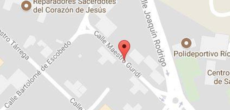 Un hombre ebrio choca contra una farola y cuatro coches en Salamanca
