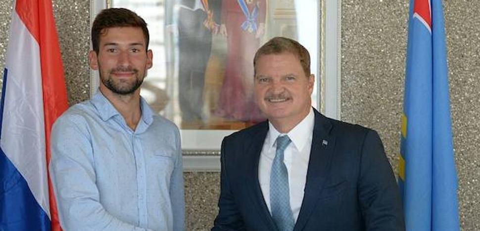 El primer ministro de Aruba recibe a David Martín, joven embajador de Segovia del Patrimonio Mundial