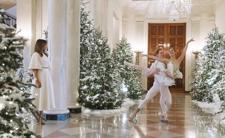 Melania Trump presenta su primera decoración navideña en la Casa Blanca
