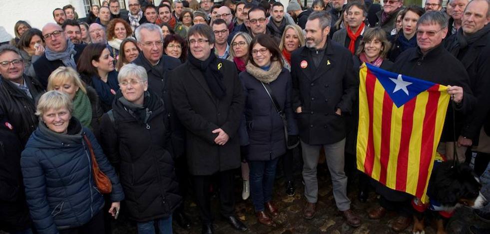 Puigdemont recula en su discurso antieuropeísta al comprobar su soledad
