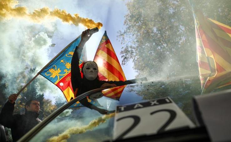 Tensión en la manifestación de los taxistas contra Uber y Cabify