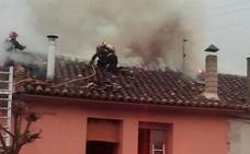Los bomberos sofocan un incendio en una vivienda de Antigüedad