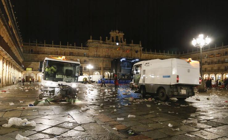 Tareas de limpieza de la Plaza Mayor de Salamanca tras la Nochevieja Universitaria