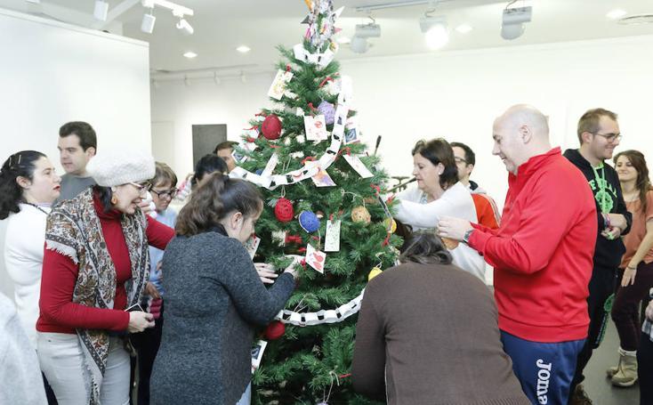 Aviva y la galería La Calcografía celebran una navidad diferente