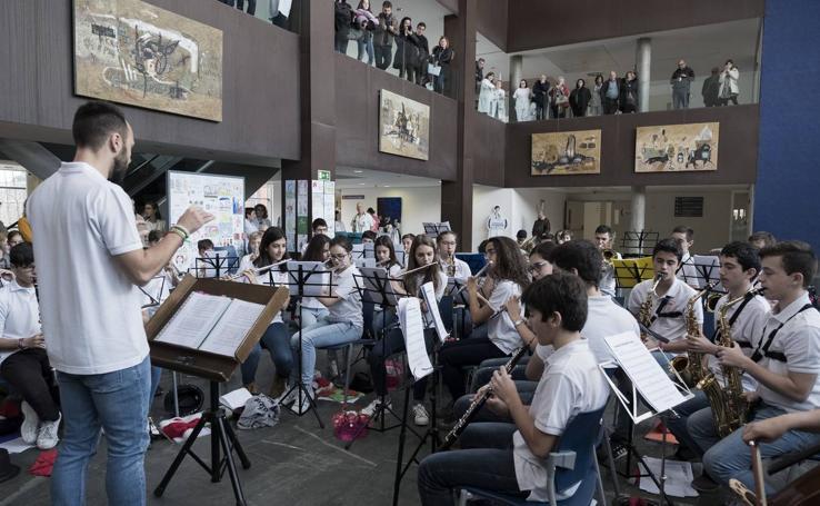 La banda de la Escuela de Música de Arroyo llena de música el Hospital Río Hortega