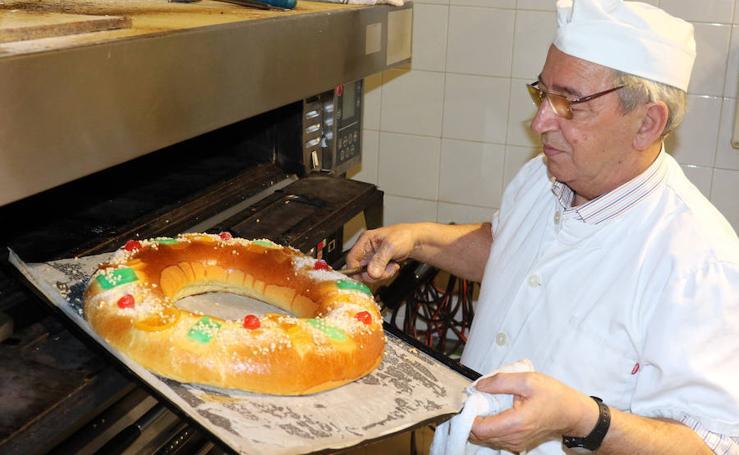Así se elebora el roscón de Reyes en el obrador de de Miguel (Valladolid)