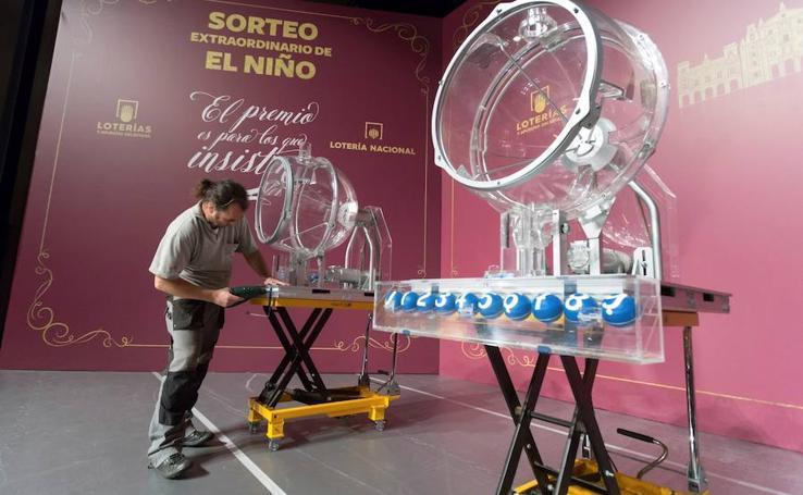 Instalación de los bombos que se utilizarán en el Sorteo de El Niño en Ávila