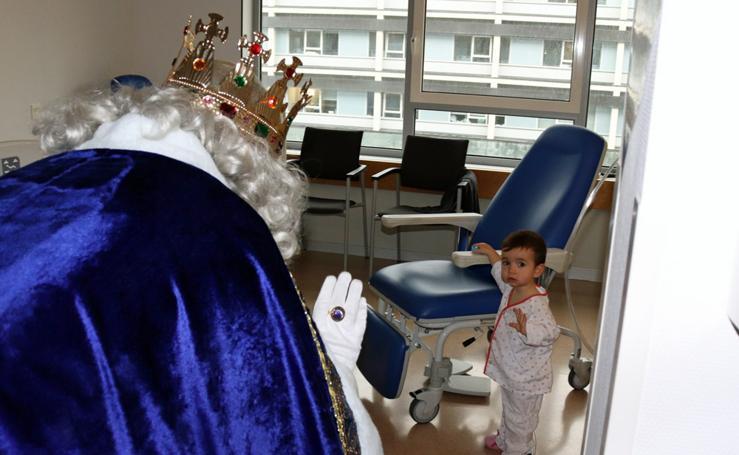 Los Reyes Magos visitan a los niños del Hospital Universitario
