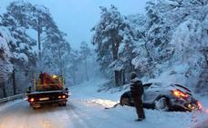 La nieve obliga a usar cadenas en varias carreteras y cierra la A-1 y Navacerrada a los camiones