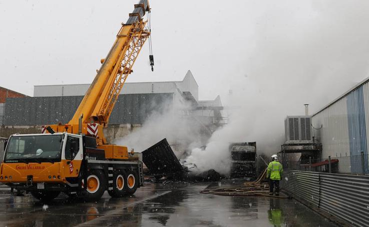 Camiones quemados en el Polígono de San Cristóbal